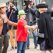 NLD/Tilburg/20170916 - Beatrix bij opening jubileum expositie 25 jaar museum De Pont, overhandiging bloemetje