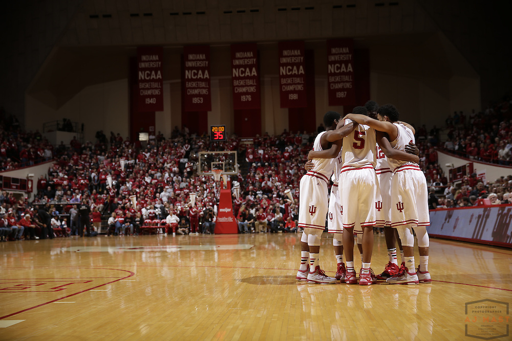 hHe Indiana team huddles up before Ohio State played Indiana in an NCCA college basketball game in Bloomington, Ind., Saturday, Jan. 10, 2015. (AJ Mast)