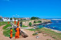 Sri Lanka, province du sud, district de Galle, Galle, Vieille ville classée patrimoine mondial de l'UNESCO, moines marchant sur les remparts du fort // Sri Lanka, Southern Province, South Coast beach, Galle, old town, Dutch fort, UNESCO World Heritage site, Lighthouse and buddhist monks on the rampart