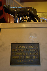 O Museu do Imigrante foi criado em dezembro de 1974. O prédio quase centenário que o abriga é, por si só, uma certidão da história de Bento Gonçalves, pois foi sede da Estação de Sericilultura (criação do bicho da seda), Escola Agrícola e Zootécnica, anexo do Hotel de Veraneio Planalto, residência e, finalmente em 1975, MUSEU.No primeiro andar você encontra: Sala de Gaitas, Artes e Ofícios e Artes Sacra, cópias de documentos e fotografias e a réplica da Loba Romana, símbolo da versão lendária da fundação de Roma, um presente do Governo Italiano, no Centenário da Imigração Italiana, em 1975. No segundo andar o cotidiano é resgatado (Salas do Vinho, Trabalho, na Cozinha e Quarto) em peças do vestuário, luminárias, louças e objetos pessoais doados. FOTO: Lucas Uebel/Preview.com