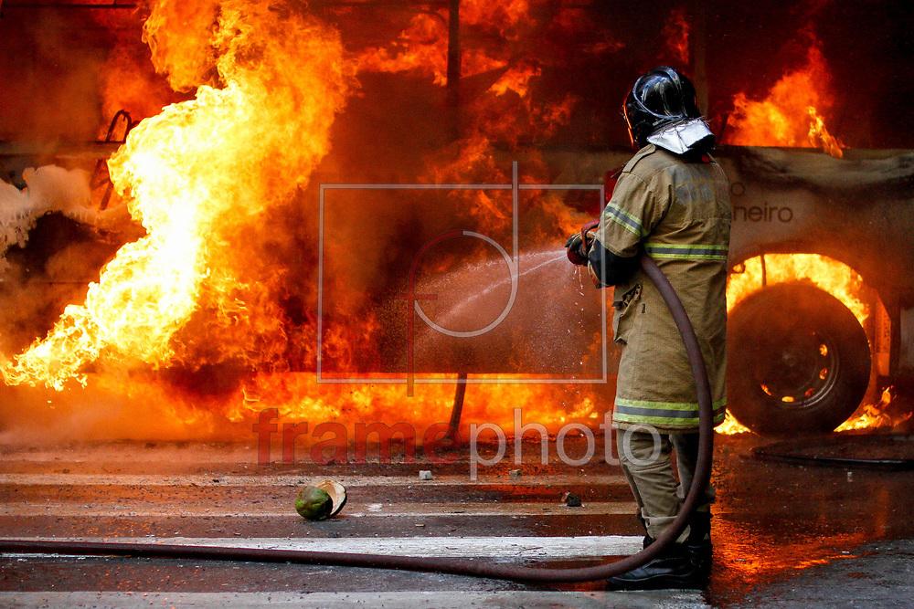 Ônibus é incendiado no Centro do Rio de Janeiro (RJ), durante protesto de servidores estaduais na tarde desta quarta-feira (1). Manifestantes entraram em confronto com a PM quando representantes de alguns sindicatos tentavam puxar a grade de proteção que cercava a Alerj. Os PMs atiravam bombas de efeito moral para afastar os manifestantes. O grupo usou uma corda para derrubar o cercado. Os manifestantes pedem a regularização dos pagamentos. Foto: Luciano Belford/FramePhoto
