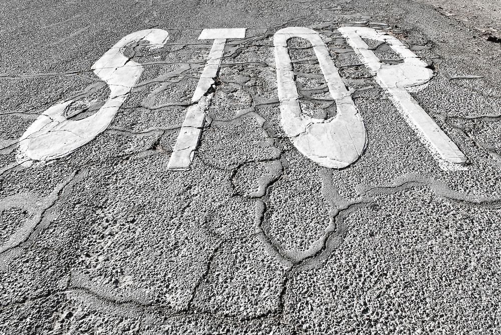 Schriftzug Stop auf Strasse  |  Stop sign on street