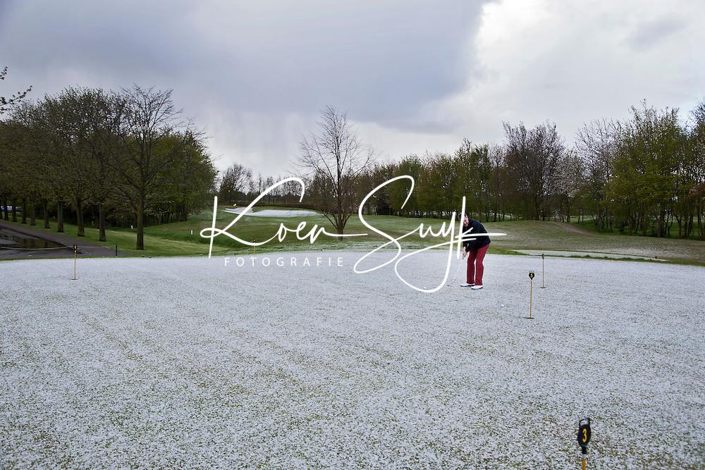 WILNIS - Hagel en sneeuw op de puttinggreen . Winters, Golfbaan Golfpark Wilnis. COPYRIGHT KOEN SUYK
