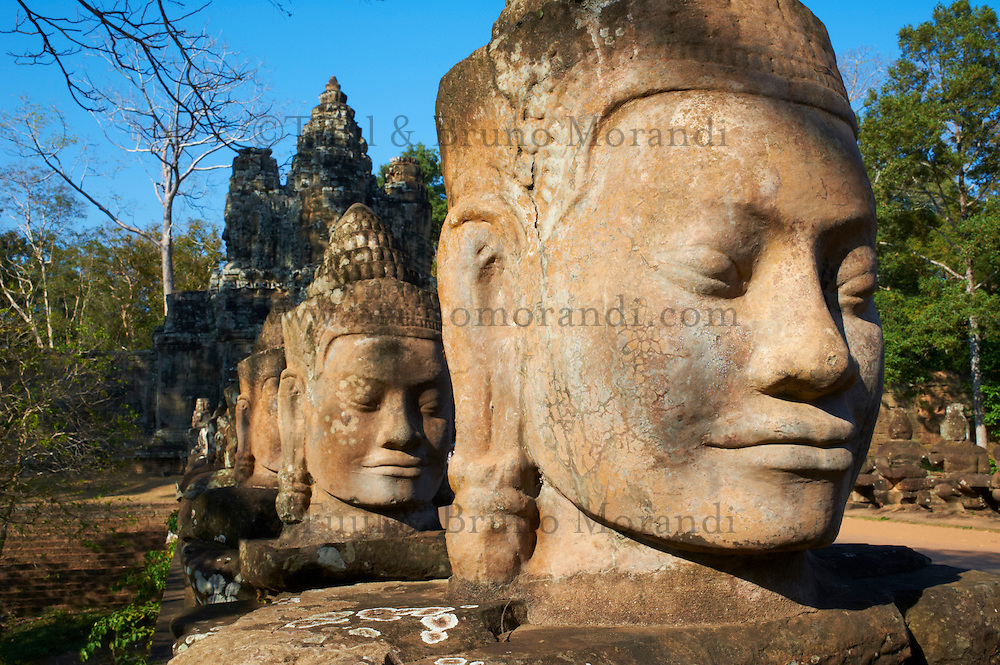 Asie du Sud Est, Cambodge, Province de Siem Reap, Angkor, complexe des temples de Angkor, Patrimoine Mondial de l'UNESCO en 1992, ancienne ville de Angkor Thom, la porte sud, route vers le temple Bayon, statue des geants soutenant le naga sacré //  Southeast Asia, Cambodia, Siem Reap Province, Angkor site, Unesco world heritage since 1992, Ancient city of Angkor Thom, South Entry Gate, Statue of Giants holding the sacred naga