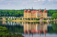 Blick über den See zum Jagdschloss Moritzburg von August dem Starken, Kurfürst von Sachsen und König von Polen.