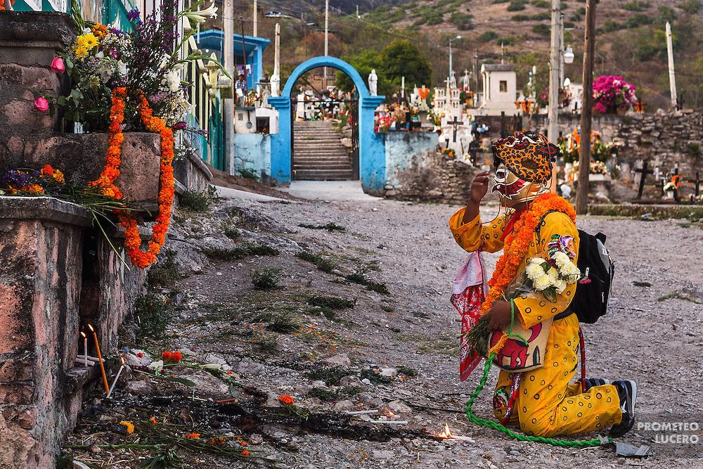 Un tigre combatiente reza ante una ofrenda en las faldas del Corozco.  La m&aacute;scara de lucha libre que usa es para no ser reconocido entre otros combatientes.<br /> <br /> Cada a&ntilde;o, Ind&iacute;genas nahuas de Acatl&aacute;n, municipio de Chilapa, Guerrero, protagonizan en las alturas del Corozco o &quot;Lugar de las Cruces&quot;, la Pelea de Tigres para atraer la lluvia y mejorar las cosechas. En el batimiento participan hombres, pero tambi&eacute;n mujeres y ni&ntilde;os. La creencia es que mientras m&aacute;s peleas haya, mejores lluvias habr&aacute; para el campo. (Foto: Prometeo Lucero)