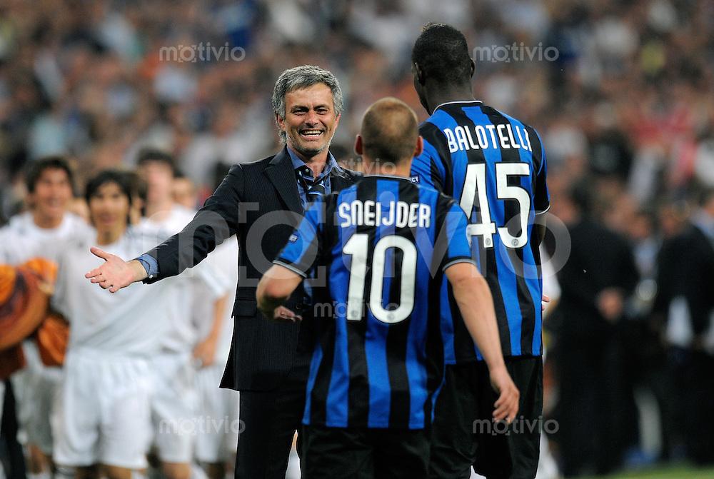 FUSSBALL      CHAMPIONS LEAGUE FINALE     SAISON  2009/2010 FC Bayern Muenchen - Inter Mailand      22.05.2010 Trainer Jose Mario Santos Mourinho, Wesley Sneijder, Mario Barwuah Balotelli (v. li., Inter)