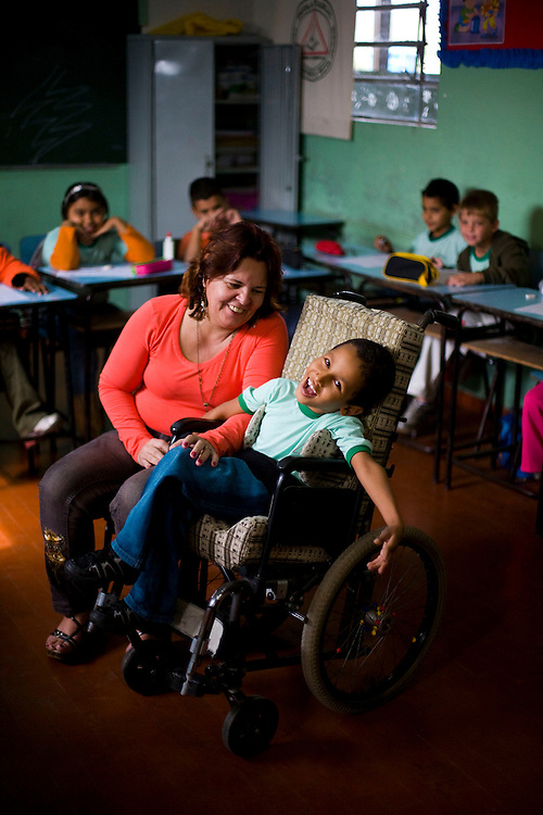 Ribeirao das Neves_MG, Brasil...Professora com um aluno com paralisia cerebral na Escola Estadual Pedro Fernandes...The teacher with a student with cerebral palsy in the State School Pedro Fernandes...Foto: LEO DRUMOND / NITRO.