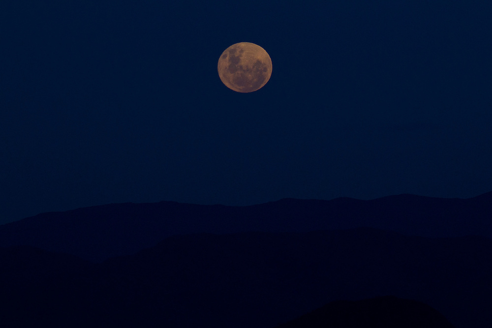 Nova Lima_MG, Brasil...Lua cheia nasce em Nova Lima, Minas Gerais...Full moon is rising in Nova Lima, Minas Gerais...Foto: MARCUS DESIMONI / NITRO