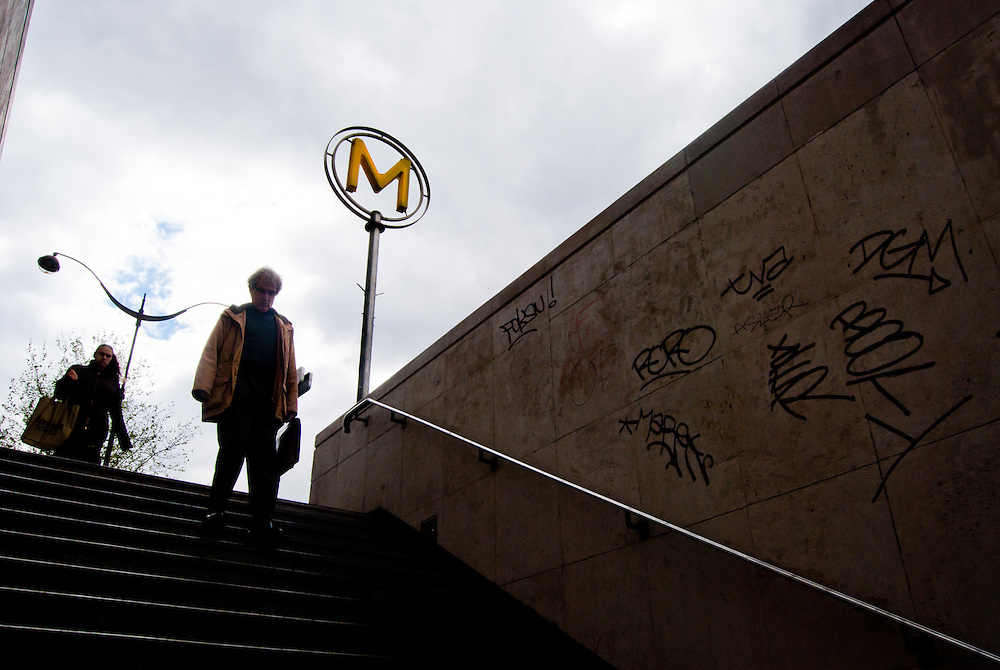 PARIS <br /> Par&iacute;s - Francia 2008<br /> Photography by Aaron Sosa<br /> <br /> Par&iacute;s es la capital de Francia y de la regi&oacute;n de Isla de Francia. Constituida en la &uacute;nica comuna unidepartamental del pa&iacute;s, est&aacute; situada a ambas m&aacute;rgenes de un largo meandro del r&iacute;o Sena, en el centro de la Cuenca parisina, entre la confluencia del r&iacute;o Marne y el Sena, aguas arriba, y el Oise y el Sena, aguas abajo.<br /> La ciudad de Par&iacute;s dentro de sus estrechos l&iacute;mites administrativos tiene una poblaci&oacute;n de 2.193.031 habitantes (2007).3 Sin embargo, durante el siglo XX, el &aacute;rea metropolitana de Par&iacute;s se expandi&oacute; m&aacute;s all&aacute; de los l&iacute;mites del municipio de Par&iacute;s, y es hoy en d&iacute;a la tercera ciudad m&aacute;s grande del continente europeo, con una poblaci&oacute;n de 11.836.970 habitantes (2007).<br /> La regi&oacute;n de Par&iacute;s (Isla de Francia) es, junto con Londres, el centro econ&oacute;mico m&aacute;s importante de Europa. Con 552,7 mil millones de euros (813,4 mil millones de d&oacute;lares), produjo m&aacute;s de una cuarta parte del Producto Interior Bruto (PIB) de Francia en 2008. La D&eacute;fense es el primer barrio de negocios de Europa,  alberga la sede social de casi la mitad de las grandes empresas francesas, as&iacute; como la sede de veinte de las 100 m&aacute;s grandes del mundo. Par&iacute;s tambi&eacute;n acoge muchas organizaciones internacionales como la Unesco, la OCDE, la C&aacute;mara de Comercio Internacional o el Club de Par&iacute;s.<br /> La ciudad es el destino tur&iacute;stico m&aacute;s popular del mundo, con m&aacute;s de 26 millones de visitantes extranjeros por a&ntilde;o. <br /> <br /> Paris is the capital and largest city in France, situated on the river Seine, in northern France, at the heart of the &Icirc;le-de-France region (or Paris Region, French: R&eacute;gion parisienne). The city of Paris, within its adm
