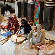 NLD/Utrecht/20050612 - Modeshow en lancering website Chatwalk van Jaap Rijnbende, marokkaanse vrouwen maken eten op traditionele wijze