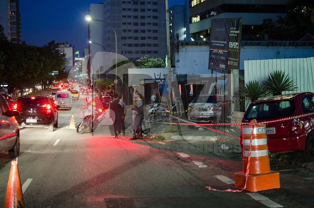 SÃO PAULO, SP, 10 DE OUTUBRO DE 2013 - PERSEGUICAO VEICULO ROUBADO - Um veículo roubado em restaurante no bairro de Pinheiros, zona oeste, se chocou com tapumes que cercam uma obra, na rua da Consolação, sentido centro, após ser perseguido por policiais. Segundo policiais, os três integrantes do veículo, que foram levados para o quarto DP,  portavam um revólver calibre 38 e uma pistola de brinquedo. Um disparo foi feito pela polícia contra o veículo após um dos integrantes atirar contra a viatura. Pelo menos três carros que circulavam no local foram danificados na perseguição.   FOTO: ALEXANDRE MOREIRA / BRAZIL PHOTO PRESS