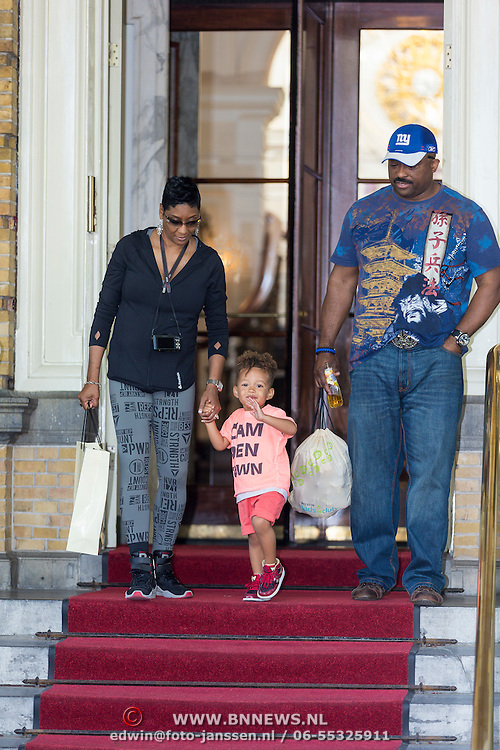 NLD/Amsterdam/20130607 - Alicia Keys zoontje Egypt met zijn grootouders - Alicia Keys son Egypt with his grantparents