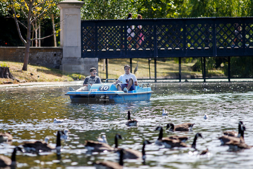 © Licensed to London News Pictures. 15/08/2016. London, UK. People enjoy hot weather and sunshine on paddle boats in Regent's Park, London on Monday, 15 August 2016. Photo credit: Tolga Akmen/LNP
