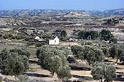Spanje, Aragon, 11-2-2005..De schier eindeloze leegte van de vallei van de rivier de Ebro in de buurt van Teruel. De regio, streek is arm en leidt aan leegloop. vele boerderijen zijn verlaten en vervallen tot ruines. Landschap, vlakte, droogte, klimaat, rust, achtergesteld gebied. Landbouw, boeren, klimaatverandering. ..Foto: Flip Franssen