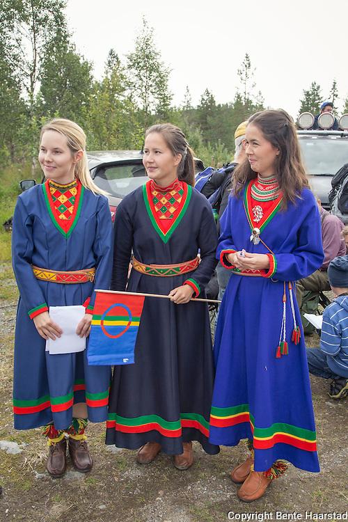Sissel Jåma (t.v.), Sara Emilie Jåma og Maja Kristine Jåma holdt alle appell før avmarsj opp til det planlagte utbygningsområdet i Storheia. Som er vinterbeiteland for familien til alle de tre.