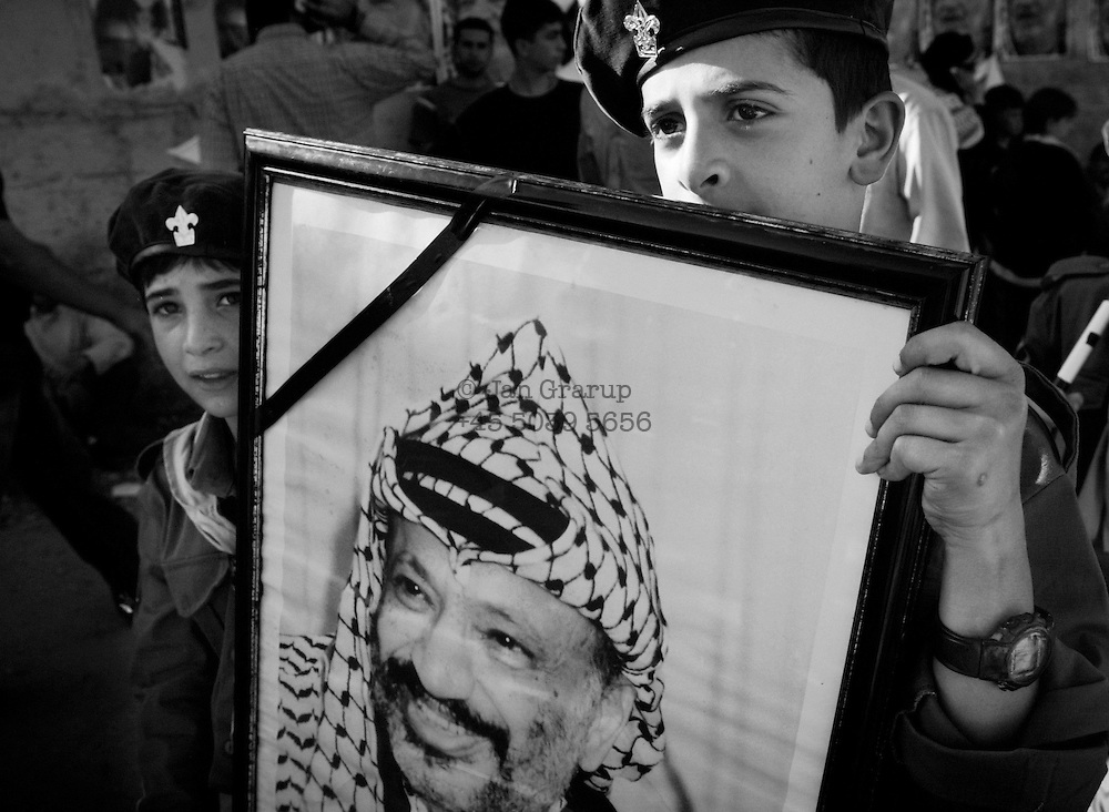 &quot;NOTE&quot; small digital files !<br /> On Nov. 11 2004, Yassir Arafat died at a french military hospital. The day after, world leaders honored him at a ceromony in Cairo and afterwards his casket was brought by helicopter to his compound in Ramallah &ndash; The compound in which Israel confined him for years. Amid houndreds of thousands of  chaotic and highly emotional mourners Yasser Arafat was buried. He died at the age of 75. <br /> Boys honoring Yasser Arafat.