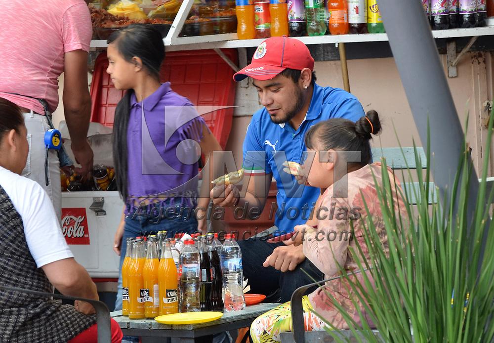 TOLUCA, México.- (Julio 21, 2017).- Familias disfrutan de la comida que se ofrece en las famosas alacenas de la Plaza Fray Andrés de Castro, en el centro de Toluca,  desde tortas, enchiladas, tacos, tamales y otros alimentos se pueden encontrar en este lugar y a precios accesibles. Agencia MVT / José Hernández.