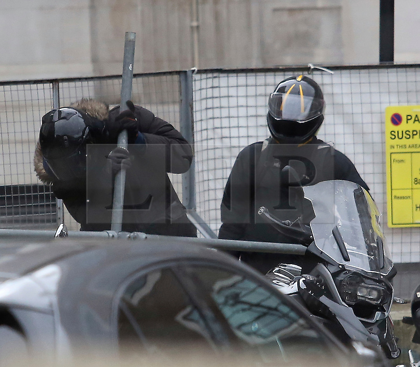© Under licence to London News Pictures. London, UK. Two people attempt to steal a a motorbike in broad daylight, and clear view of the public, using a piece of scaffolding pole. Several member of the public passed by as the couple arrived on a Vespa scooter and proceeded to attempt to break the bikes lock by wrenching it open with the scaffolding. The events took place near to Marylebone High Street in the centre of London. Photo credit: J. Almasi/LNP