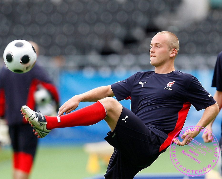 VIENNA 11/06/2008.EURO 2008.POLAND v AUSTRIA.TRAINING SESSION.MICHAL PAZDAN PLAYS WITH A BALL ..FOT. PIOTR HAWALEJ / WROFOTO