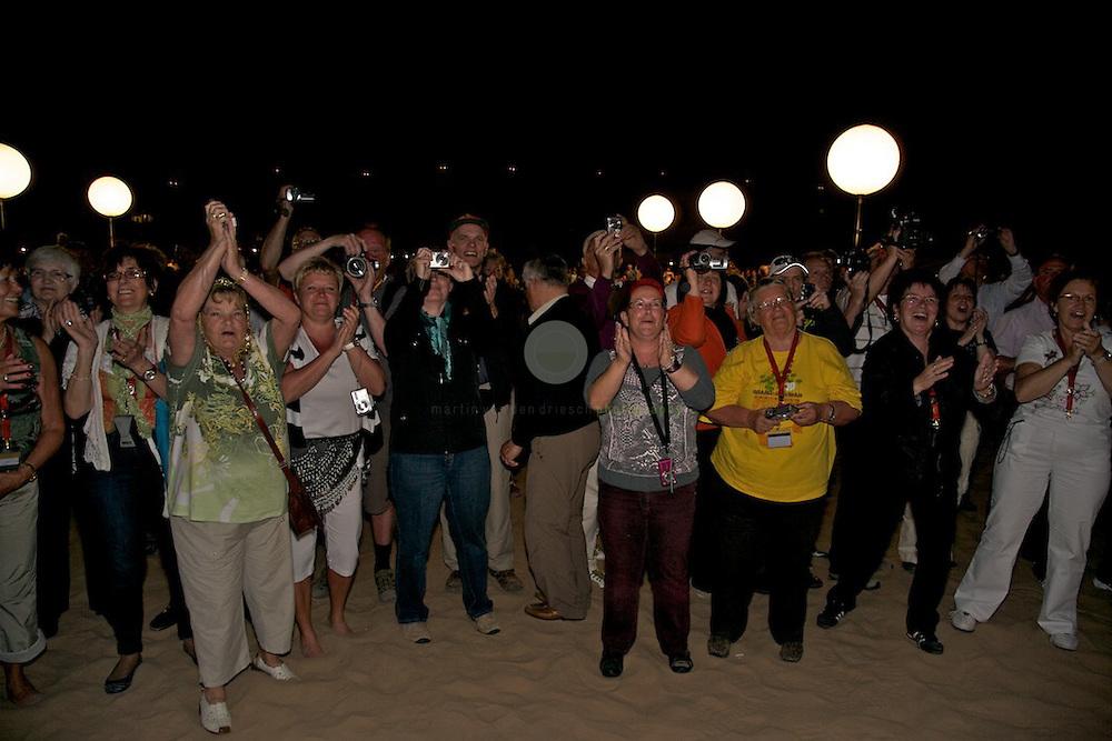 Fanatisiertes Publikum beim Auftritt von Andy Borg im Wuestencamp bei Dubai.