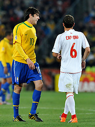 28.06.2010, Ellis Park Stadium, Johannesburg, RSA, FIFA WM 2010, Brazil (BRA) vs Chile. (CHI), im Bild Carlos Carmona (Cile) e Kaka (Brasile). EXPA Pictures © 2010, PhotoCredit: EXPA/ InsideFoto/ Giorgio Perottino +++ for Austria and Slovenia only +++ / SPORTIDA PHOTO AGENCY
