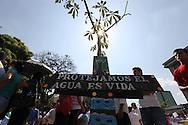 Grupos ambientalistas protestan Jueves March 22, 2012 frente a la Asamblea Legislativa en San Salvador, El Salvador durante el dia Munda del Agua. Los ambientalistas exigen una revision a la tarifa de consumo de agua y que se cree una politica de agua. Photo: Franklin Rivera/Imagenes Libres.