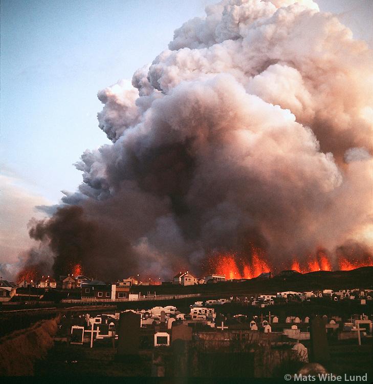 Heimaey gos á fyrsta degi, Vestmannaeyjar / Heimaey, eruption day 1. Vestmannaeyjar.