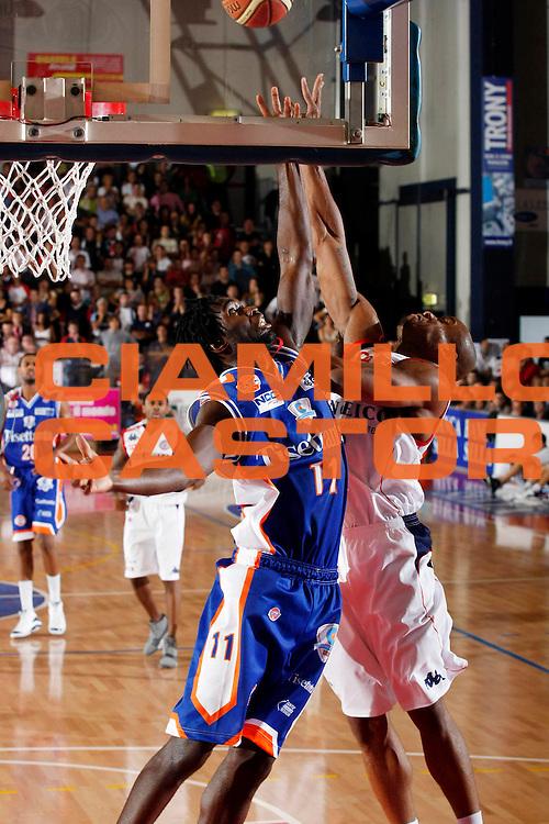 DESCRIZIONE : Biella Lega A1 2007-08 Angelico Biella Tisettanta Cantu<br /> GIOCATORE : Torin Francis Brandon Hunter<br /> SQUADRA : Tisettanta Cantu Angelico Biella<br /> EVENTO : Campionato Lega A1 2007-2008<br /> GARA : Angelico Biella Tisettanta Cantu<br /> DATA : 30/09/2007<br /> CATEGORIA : Rimbalzo<br /> SPORT : Pallacanestro<br /> AUTORE : Agenzia Ciamillo-Castoria/G.Cottini