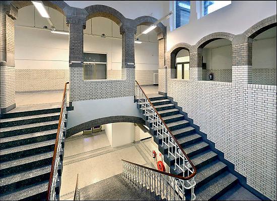 Nederland, Arnhem, 2-1-2015 De trappen in het trappenhuis van de HBS waar M.C. Escher naar school ging vormden een inspiratie voor zijn latere werk. De school, een rijksmonument met invloeden van Berlage, het Rationalisme en Art Nouveau, bevat een trappenhuis dat een opvallende gelijkenis vertoont met de prenten met trappen en labyrinten die Escher maakte. Ook de pseudo-romaanse doorgangen en de wit betegelde muren zijn hier onderdeel van. Het gebouw is nu bewoond en niet toegangkelijk voor publiek. The stairs in the stairway of the school where artist MC Escher went to school formed an inspiration for his later work. The school, a national monument influenced by Berlage, Rationalism and Art Nouveau, includes a staircase that bears a striking resemblance to the prints made with stairs and labyrinths by Escher. The building is now a residence with appartments and inaccessible to the public. FOTO: FLIP FRANSSEN/ HOLLANDSE HOOGTE