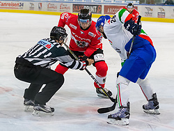 12.04.2018, Tiroler Wasserkraft Arena, Innsbruck, AUT, Eishockey Testspiel, Österreich vs Italien, während dem Eishockey Testspiel Österreich vs Italien am Donnerstag, 12. April 2018 in Innsbruck, im Bild v.l.: Thomas Hundertpfund (AUT) und Tommaso Goi (ITA) // during the International Icehockey Friendly match between Austria and Italy at the Tiroler Wasserkraft Arena in Innsbruck, Austria on 2018/04/12. EXPA Pictures © 2018, PhotoCredit: EXPA/ Jakob Gruber
