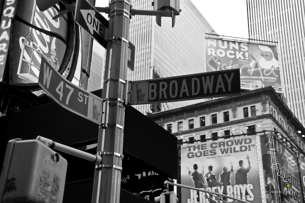 Black & white pictures of New York in the Autumn/spring.  New York City life at its best