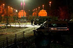 In der Nacht zu Montag erreicht der Castortransport den Verladekran in Dannenberg. Seit 4Uhr rollen die ersten 3 Waggons durch die Tore. Einige Gegendemonstranten versammeln sich vor der Polizeiabsperrung. Greenpeace hat direkt vom Gleis aus Messungen vorgenommen und bei den ersten Transporten 4 - 5 Mikrosievert festgestellt. Ähnliche Werte wurden im April in Fukushima-City gemessen.  <br /> <br /> Ort: Dannenberg<br /> Copyright: Christina Palitzsch<br /> Quelle: PubliXviewinG