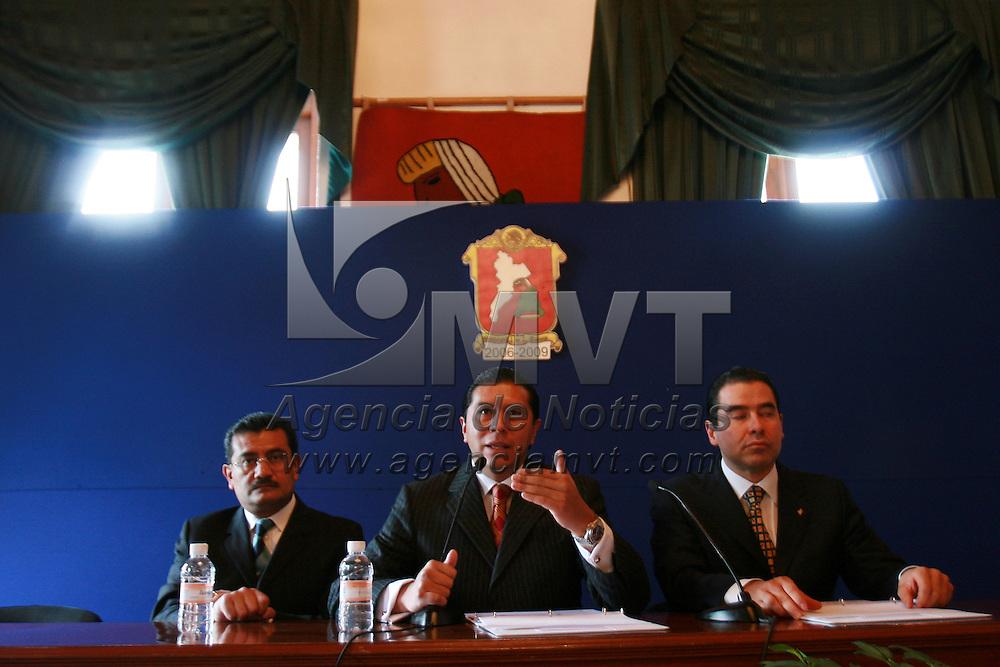 Toluca, Mex.- Juan Rodolfo S&aacute;nchez G&oacute;mez, alcalde de la ciudad de Toluca, habla con periodistas sobre la inversi&oacute;n que realizar&aacute; su administraci&oacute;n en materia de equipamiento para los elementos de seguridad p&uacute;blica. Agencia MVT / Mario Vazquez de la Torre. (DIGITAL)<br /> <br /> <br /> <br /> <br /> <br /> <br /> <br /> NO ARCHIVAR - NO ARCHIVE