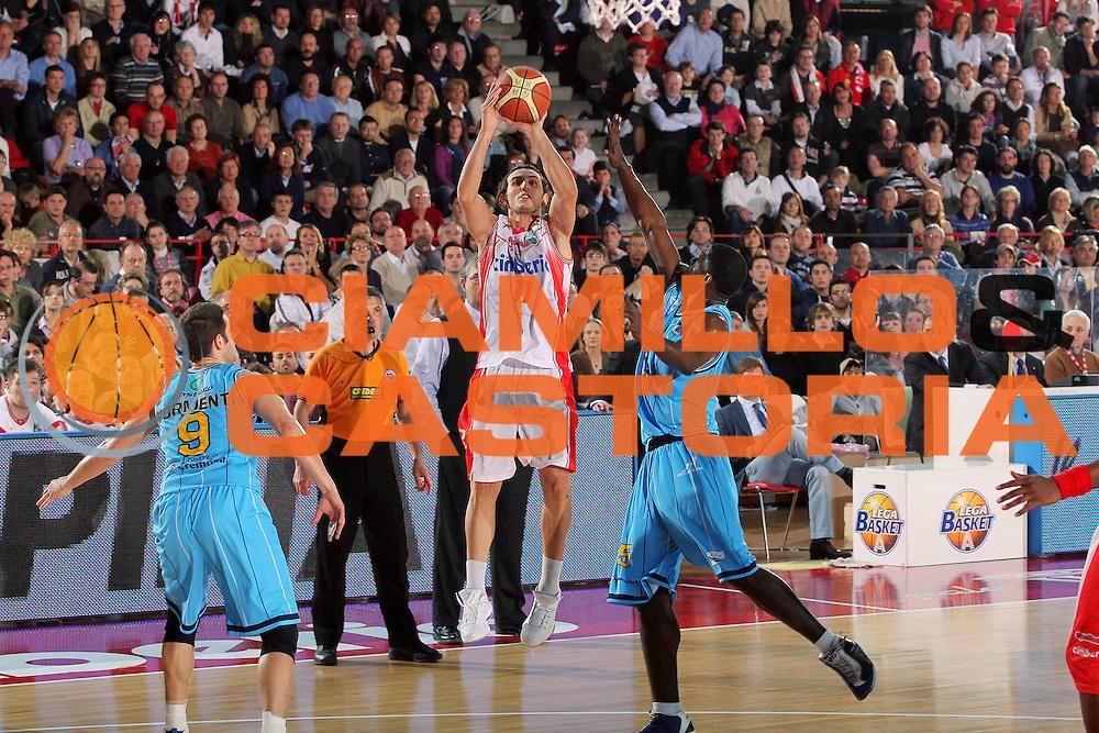 DESCRIZIONE : Varese Lega A 2009-10 Cimberio Varese Vanoli Cremona<br /> GIOCATORE : Lorenzo Gergati<br /> SQUADRA : Cimberio Varese<br /> EVENTO : Campionato Lega A 2009-2010 <br /> GARA : Cimberio Varese Vanoli Cremona<br /> DATA : 08/05/2010<br /> CATEGORIA : Tiro<br /> SPORT : Pallacanestro <br /> AUTORE : Agenzia Ciamillo-Castoria/G.Cottini<br /> Galleria : Lega Basket A 2009-2010 <br /> Fotonotizia : Varese Campionato Italiano Lega A 2009-2010 Cimberio Varese Vanoli Cremona<br /> Predefinita :