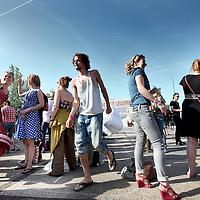 Nederland, Amsterdam , 2 juni 2011..Op donderdag 2 juni -Hemelvaartsdag- organiseert de NDSM werf voor de derde keer het kleurrijke festival Hemeltjelief! Met een bijzondere mix van aansprekende live-bands, straattheater, kunstinstallaties en kindervertier is Hemeltjelief! een verfrissend festival dat het net even anders doet. ??Wie met Hemelvaart iets bijzonders wilt beleven, doet er goed aan op 2 juni naar de NDSM werf af te reizen. Daar organiseren de kunstenaars van de werf voor de derde keer het kleurrijke festival Hemeltjelief! Wat twee jaar geleden begon als een spontaan feest op Hemelvaartsdag voor Amsterdammers en hun kroost, groeit dit jaar uit tot een heus festival waar meer dan honderd kunstenaars en muzikanten hun steentje aan bijdragen. .Overdag is er zowel voor kinderen als hun ouders van alles te zien, te doen en mee te maken zoals T-shirts maken, circusacts instuderen, vliegtuigspotten en naar de sterren kijken in een nagemaakt heelal. ?Op de diverse podia staan grote bands en aanstormende talenten geprogrammeerd, waaronder Chef'Special, Phantom 4 feat. Rude Boy, Supercity, Den Tex en de nieuwe Amsterdamse belofte Puppa and the Clementines. Op het podium aan de waterkant bij Noorderlicht draaien o.a. Kareem Raihani, Poly Esta, Anam en Ronny Hammond. .Foto:Jean-Pierre Jans