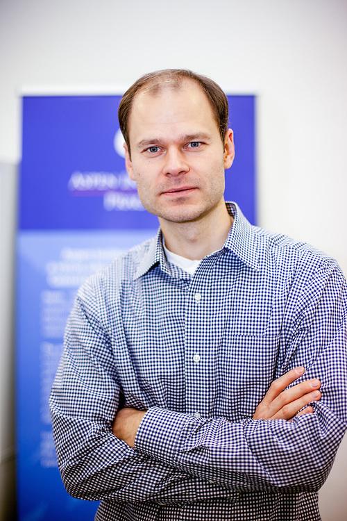 M.Phil. Radek Spicar, Executive Director vom Aspen Institut Prag in seinem Büro.