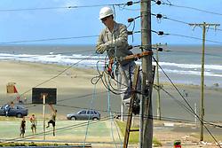 Empresas trabalham dia e noite para restaurar a energia eletrica e os telefones<br /> parados por causa dos pelo vento de at&eacute; 150 Km/h do ciclone Catarina que atingiu a cidade de Torres, no litoral norte do RS, Brasil. FOTO: Jefferson Bernardes /Preview.com