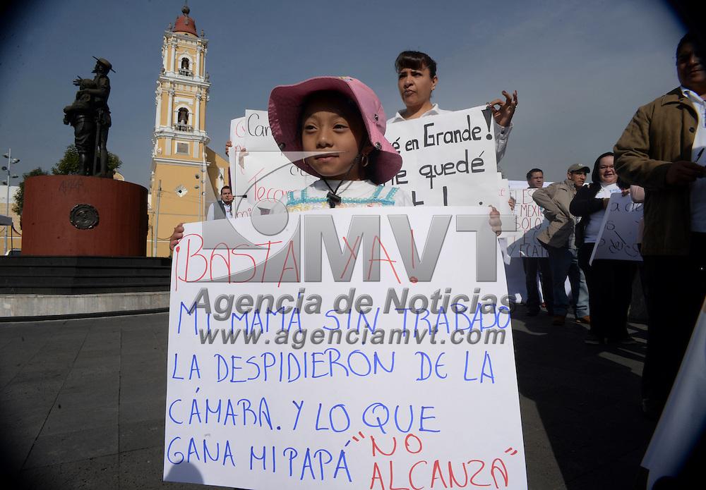 """Toluca, México.- Ex trabajadores de la Cámara de Diputados del Estado de México se manifestaron, diciendo que son víctimas de despido injustificado, y exigieron al gobernador  mexiquense frene el """"terrorismo laboral"""" que impera en el Poder Legislativo local y su reinstalación inmediata. Agencia MVT / Crisanta Espinosa"""