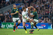 Twickenham, United Kingdom, Saturday, 3rd November 2018, RFU, Rugby, Stadium, England,   RSA Full Back. Damian WILLEMSE, evades Henry SLADE, tackles during the Quilter, Autumn International, England vs South Africa, © Peter Spurrier