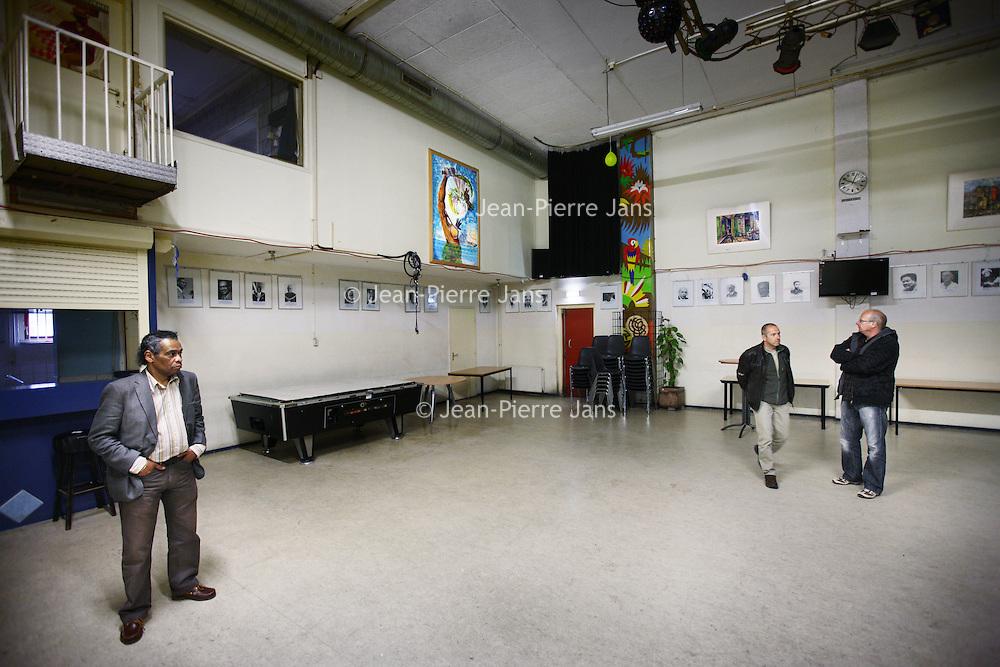 Nederland, Amsterdam , 5 april 2011..Geinteresseerden bekijken de schamele inboedel van Podium Kwakoe dat vanwege Belastingschuld door wanbeleid door de deurwaarder wordt verkocht..Foto:Jean-Pierre Jans