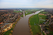 Nederland, Limburg, Mook, 15-11-2010;.splitsing van de rivier de Maas met rechts het Maas-Waalkanaal, richting Nijmegen. Links de haven van Cuijk, het dorpje Heumen in het midden. Division of the river Meuse with to the right the Maas-Waal canal, direction Nijmegen. luchtfoto (toeslag), aerial photo (additional fee required) foto/photo Siebe Swart