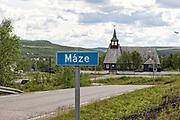Lokal veg, Masi (Máze) i Finnmark. Masi (nordsamisk: Máze) er ei bygd i Kautokeino kommune i Finnmark. Bygda har en befolkning på rundt 350, hvorav rundt 98 % er samer. <br /> Stedsnavnet er avledet fra Mázejohkka, som er navnet på ei elv.  På 1970-tallet fantes planer for å sette bygda under vann, i forbindelse med utbygging av Alta-kraftverket. <br /> I Masi ligger det en liten butikk, Oves Varesenter.<br /> Masi kapell ble første gang oppført 1721. <br /> Finnmark fylkeskommunes tildelte i 2014 den årlige Bolystprisen til Maze bygdelag. (W)