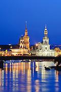 Blick über die Elbe auf barocke Altstadt, Dresden, Sachsen, Deutschland.|.Dresden, Germany, View on river Elbe and historic city of Dresden at night, Dresden