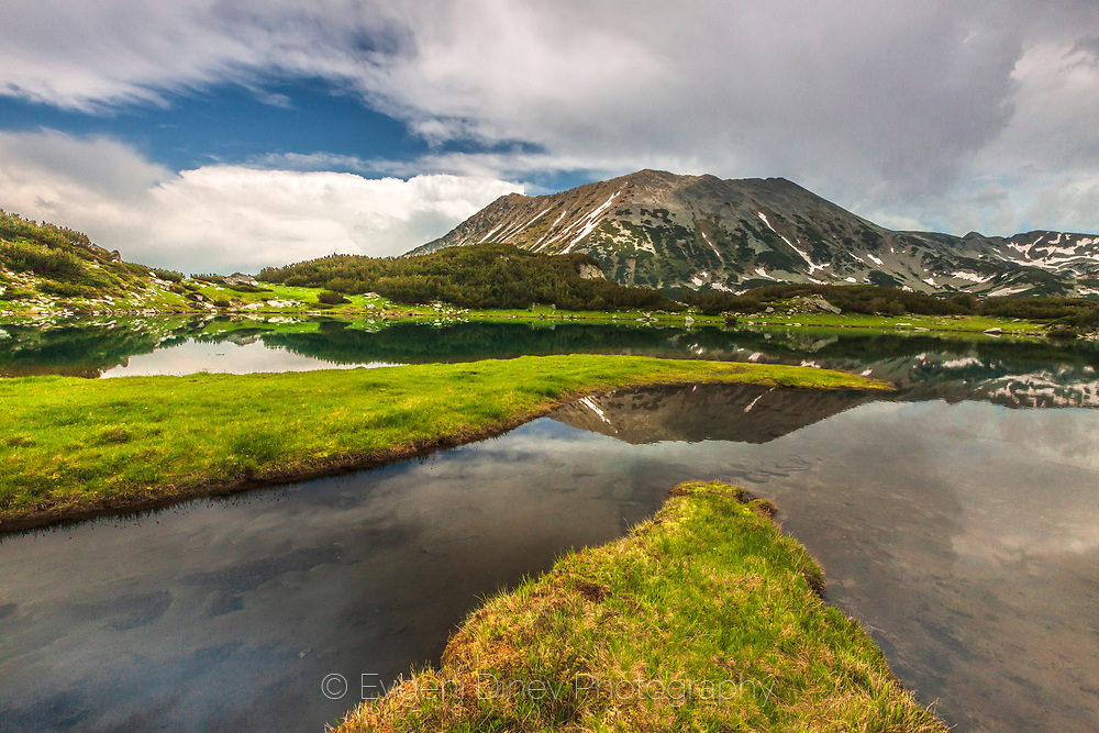 Trapezoidal peak reflactions in a lake