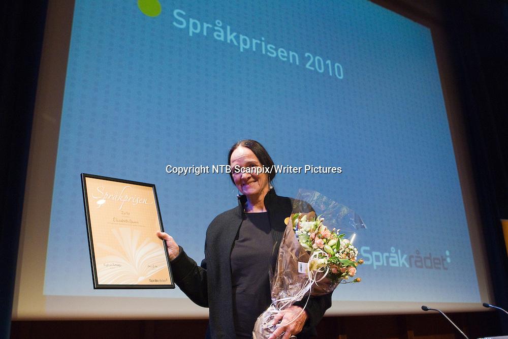 Oslo  20101110.<br /> Elisabeth Aasen f&Acirc;r Spr&Acirc;kprisen 2010 for bokm&Acirc;l i sakprosa, under Spr&Acirc;kdagen 2010 i Oslo Konserthus, onsdag.<br /> Foto: Berit Roald / Scanpix<br /> <br /> NTB Scanpix/Writer Pictures<br /> <br /> WORLD RIGHTS, DIRECT SALES ONLY, NO AGENCY