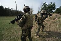 """03 APR 2012, LEHNIN/GERMANY:<br /> Kampfschwimmer der Bundeswehr trainieren """"an Land"""" infanteristische Kampf, hier Haeuserkampf- und Geiselbefreiungsszenarien auf einem Truppenuebungsplatz<br /> IMAGE: 20120403-01-020<br /> KEYWORDS: Marine, Bundesmarine, Soldat, Soldaten, Armee, Streitkraefte, Spezialkraefte, Spezialkräfte, Kommandoeinsatz, Übung, Uebung, Training, Spezialisierten Einsatzkraeften Marine, Waffentaucher"""
