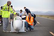 Tom Amick zit klaar in de Beagle. Op maandagochtend worden de kwalificaties gehouden. In Battle Mountain (Nevada) wordt ieder jaar de World Human Powered Speed Challenge gehouden. Tijdens deze wedstrijd wordt geprobeerd zo hard mogelijk te fietsen op pure menskracht. Ze halen snelheden tot 133 km/h. De deelnemers bestaan zowel uit teams van universiteiten als uit hobbyisten. Met de gestroomlijnde fietsen willen ze laten zien wat mogelijk is met menskracht. De speciale ligfietsen kunnen gezien worden als de Formule 1 van het fietsen. De kennis die wordt opgedaan wordt ook gebruikt om duurzaam vervoer verder te ontwikkelen.<br /> <br /> In Battle Mountain (Nevada) each year the World Human Powered Speed Challenge is held. During this race they try to ride on pure manpower as hard as possible. Speeds up to 133 km/h are reached. The participants consist of both teams from universities and from hobbyists. With the sleek bikes they want to show what is possible with human power. The special recumbent bicycles can be seen as the Formula 1 of the bicycle. The knowledge gained is also used to develop sustainable transport.