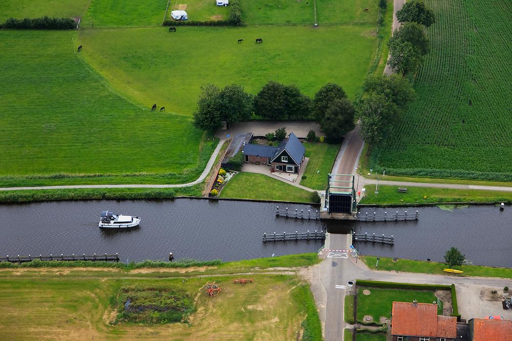 Nederland, Overijssel, Steenwijk, 30-06-2011; Kanaal Steenwijk-Ossenzijl, Thijendijksbrug is geopend voor het bootje. Canal near Steenwijk. Bridge..luchtfoto (toeslag), aerial photo (additional fee required).copyright foto/photo Siebe Swart