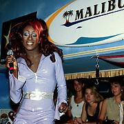 Nicki Nicole tijdens optreden in de Bayside Beach Club Amsterdam
